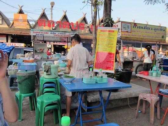 いろいろな場所に現れる野外食堂