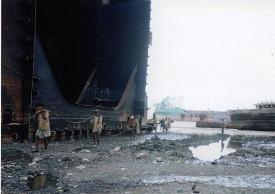 640px-Shipbreakingbangladesh2