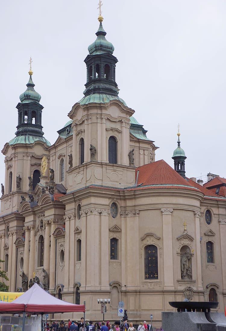 旧市街の広場にある聖ミクラーシュ教会
