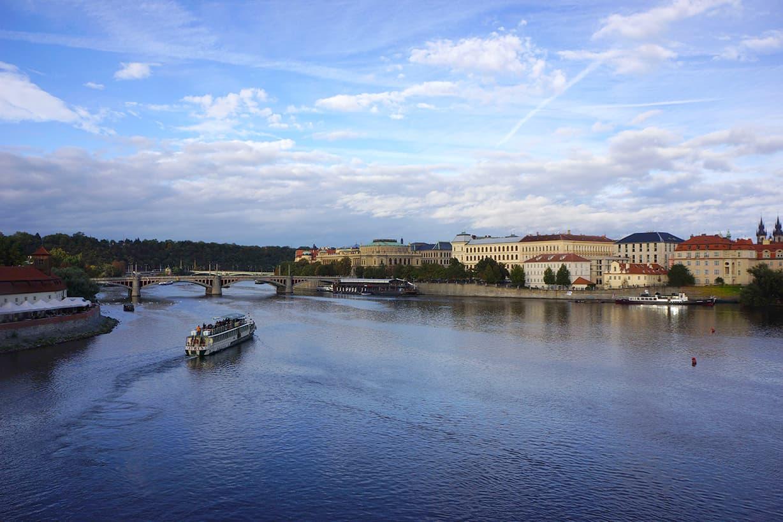 カレル橋からヴルタヴァ川を眺める