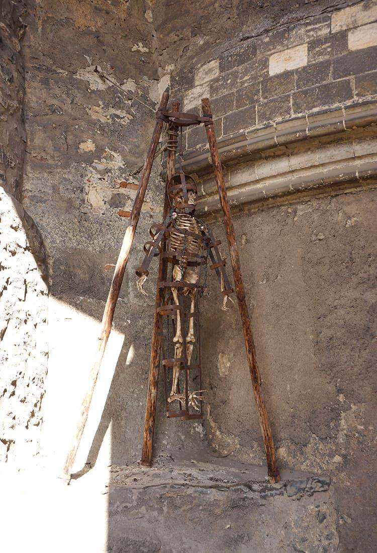 プラハ城の拷問室にあった実際の骸骨サマ