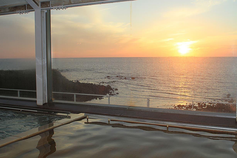夕陽と露天風呂