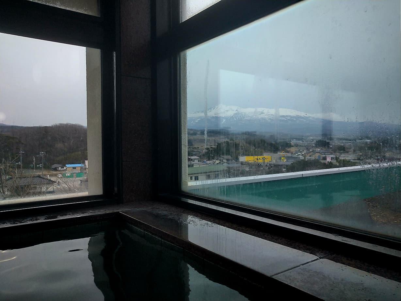 鳥海山を見ながら優雅に浸かれる展望風呂