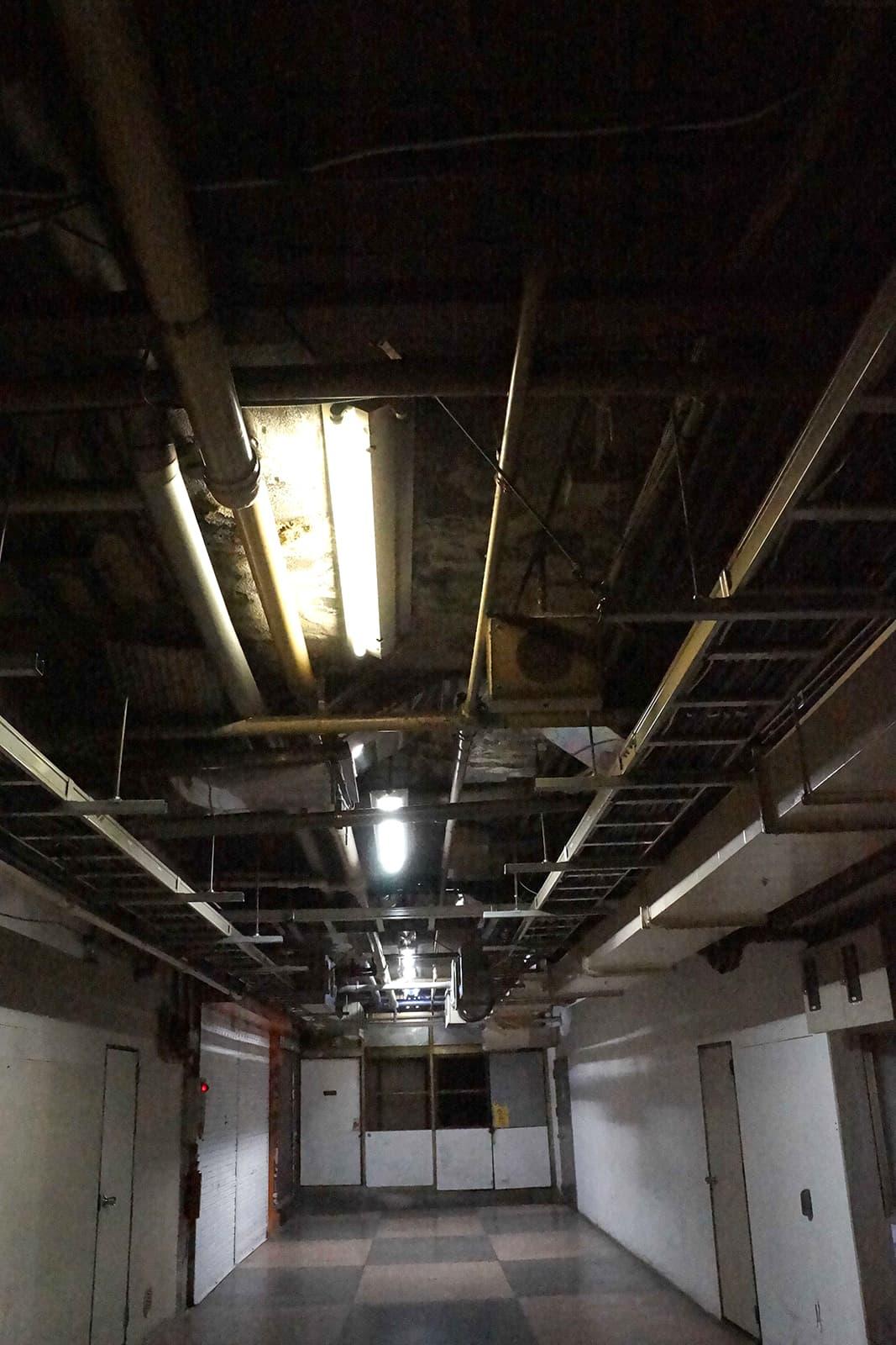 浅草地下街の天井はむき出しの配管