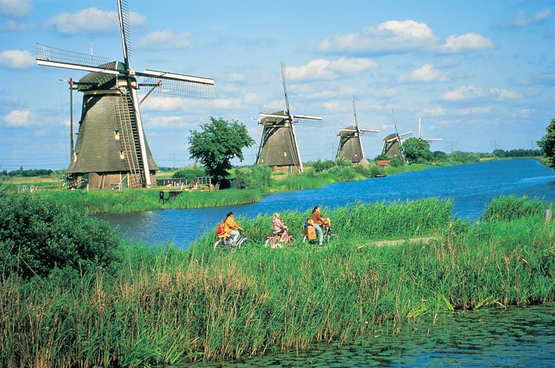 オランダ建国の歴史を象徴する風車群 キンデルダイク