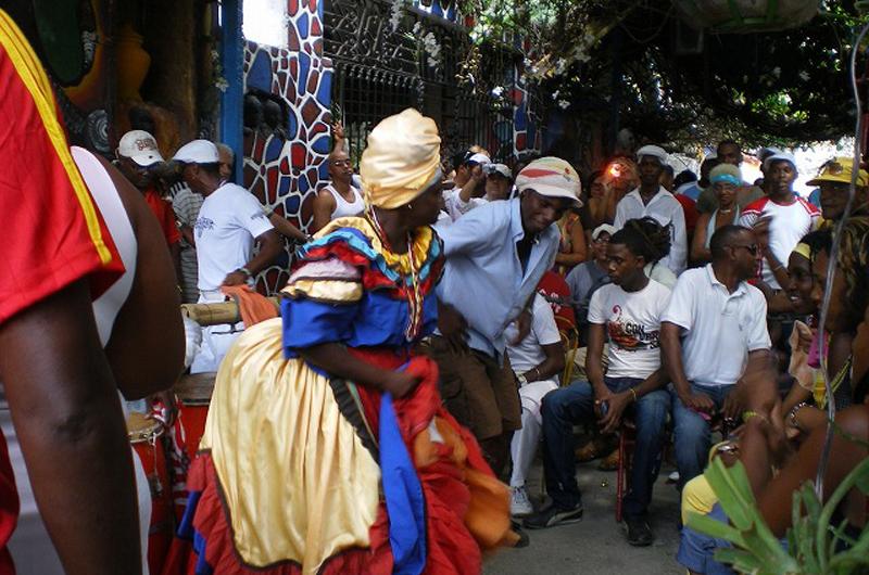 日差しの下でまったり過ごす ~キューバの伝統舞踊・サンテリア