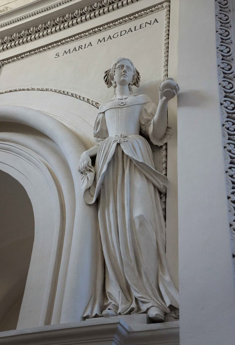 聖ペテロパウロ教会:服装が他と違う人。製作者の妻だとか。