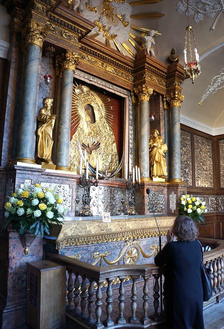 夜明け門の中にあるマリア像。