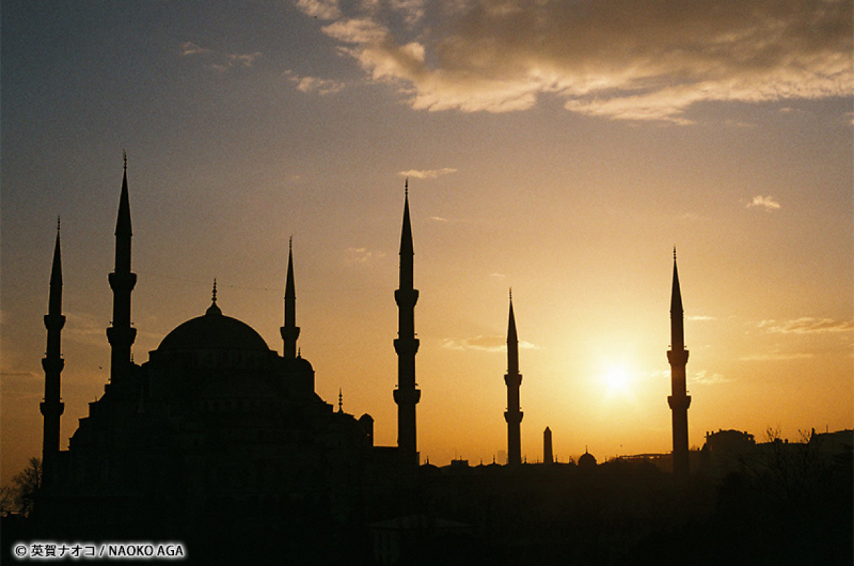 向かい合うキリストモスクとイスラムモスクの理由